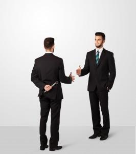 to-maend-i-jakkesaet-giver-haandtryk
